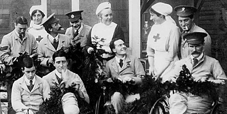 pic09 - Photograph from the First World War, showing nurses and wounded soldiers