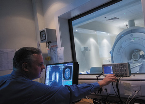 dr-brett-haywood-operating-the-ge-1.5-tesla-mri-machine-from-a-computer-medical-school-qmc